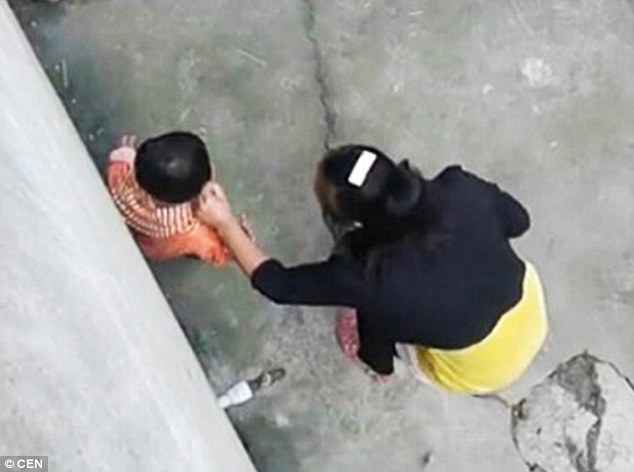 1413821812400_wps_68_Pic_shows_Woman_brutally_